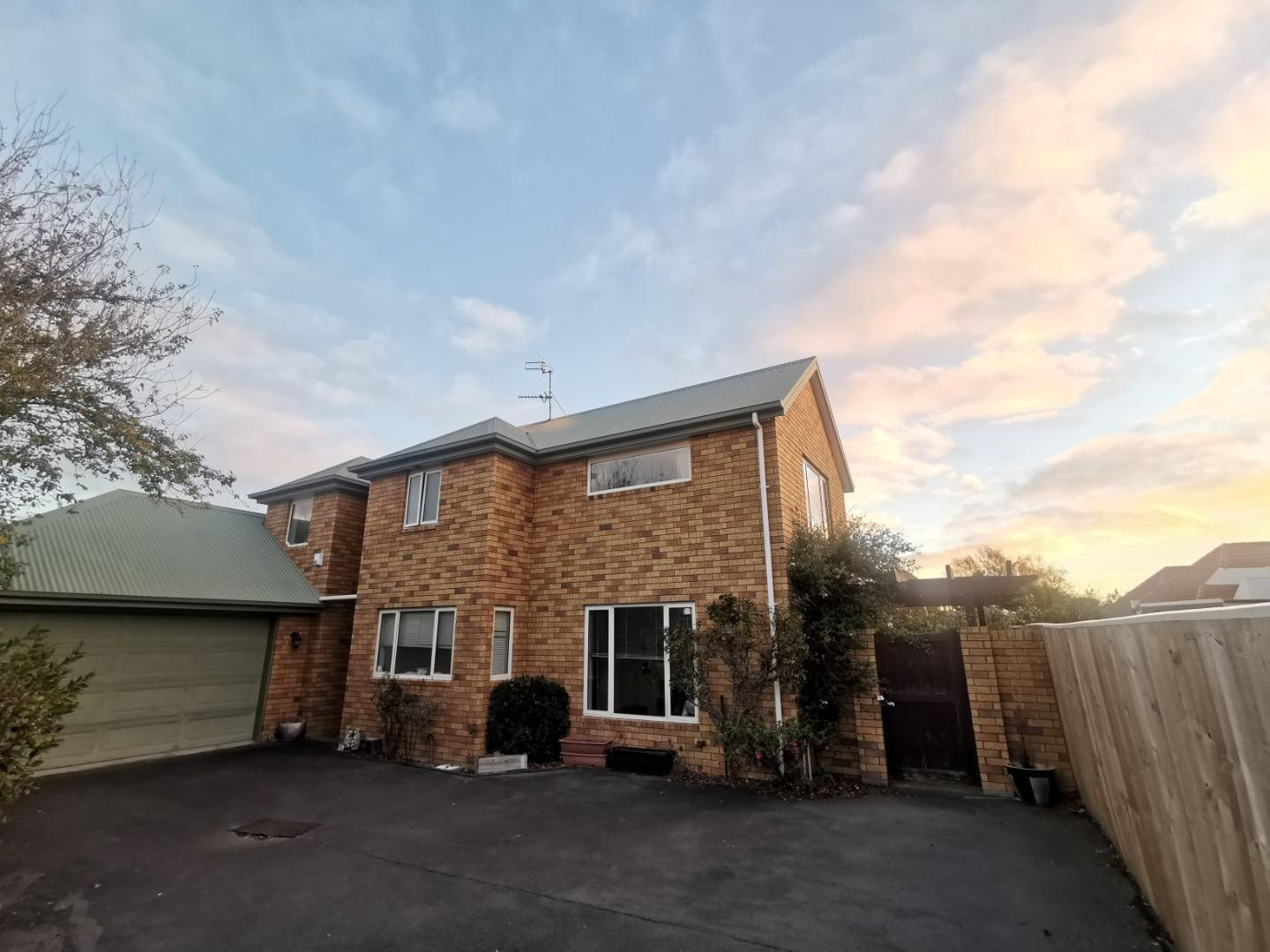4 Bedroom Townhouse Close to Varsity!